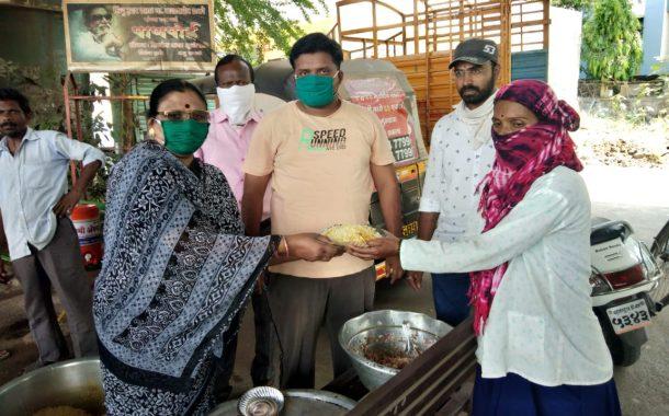 पिंपरी युवासेना व आशीर्वाद महिला संघाकडून फुगेवाडी -दापोडी - मधील सफाई  कामगारांना   भोजन वाटप